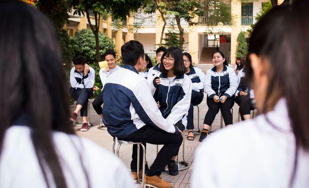 Bac Thang Longin koulun 11. luokan oppilaat kokoontuvat koulun pihalle Champion of Change -kerhon toimintaan.
