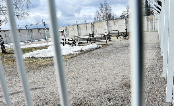 Jokelan avovankilan vanki alkoi kiristää eritykseen joutuneen sellitoverinsa äitiä.