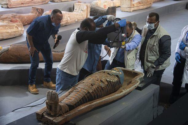 Tutkijat avasivat julkistustilaisuudessa yhden sarkofageista.