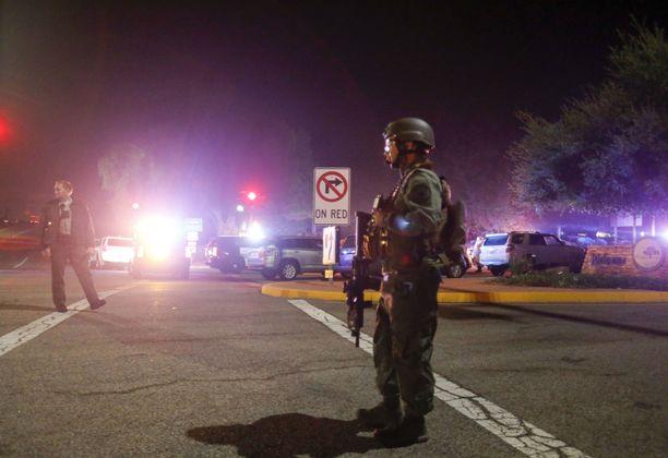 Poliisit valvoivat ammuskelun tapahtumapaikalle, Borderline Bar and Grill -ravintolalle johtavia teitä Kaliforniassa torstain vastaisena yönä.