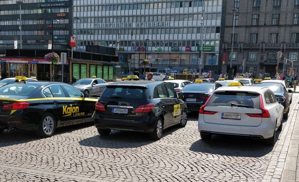 Kesällä voimaan tullut uusi taksilaki vapautti kyytien hinnat kokonaan. Nyt kuljettaja saa vapaasti hinnoitella matkan, mutta yli sadan euron maksusta on ilmoitettava etukäteen.