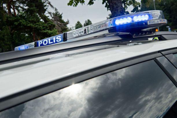 Poliisi tutkii tiistaina Espoon Tuomarilantiellä tapahtunutta vakavaa törmäystä.