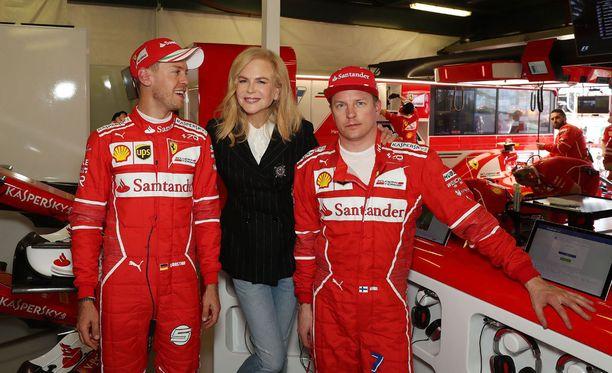 Kuva kertoo olennaisen: Sebastian Vettel näyttäisi innostuneen Nicole Kidmanin tapaamisesta huomattavasti Kimi Räikköstä enemmän.