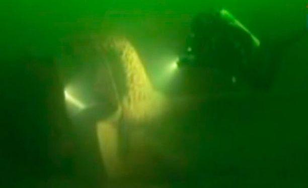 Sukeltaja vei esineitä hylystä neljällä eri sukelluksella. (Kuvan sukellus ei liity juttuun.)