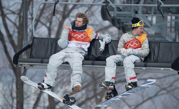 Red Gerard (oik.) voitti olympiakultaa vain 17-vuotiaana. Hissikaverina istuu Kyle Mack.