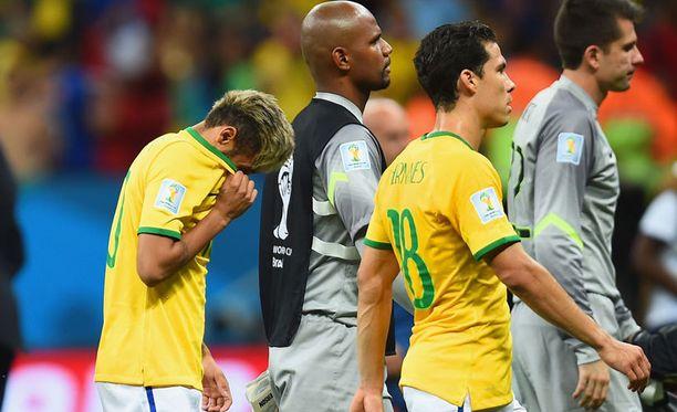Neymar painoi ottelun jälkeen päänsä piiloon.