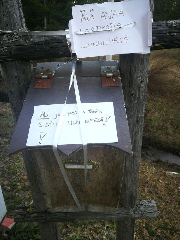 Pesitty postilaatikko merkittiin selkeästi pesimärauhan turvaamiseksi.