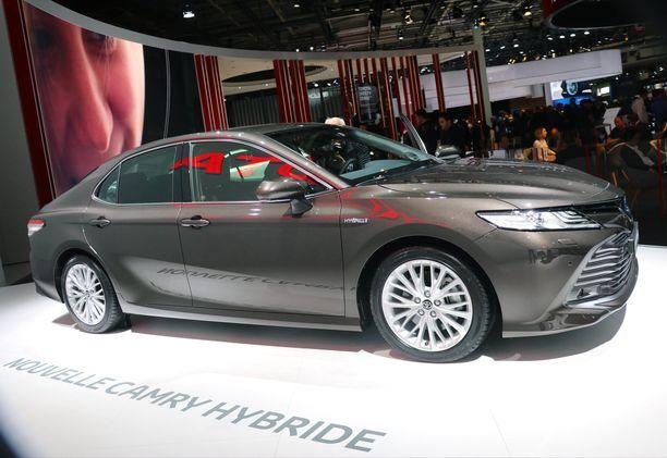 Toyota Camry korvaa osittain jo valmistuksesta poistuneen Avensiksen.