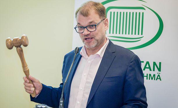 Pääministeri, keskustan puheenjohtaja Juha Sipilä esitteli Vantaalla itse tekemänsä nuijan.