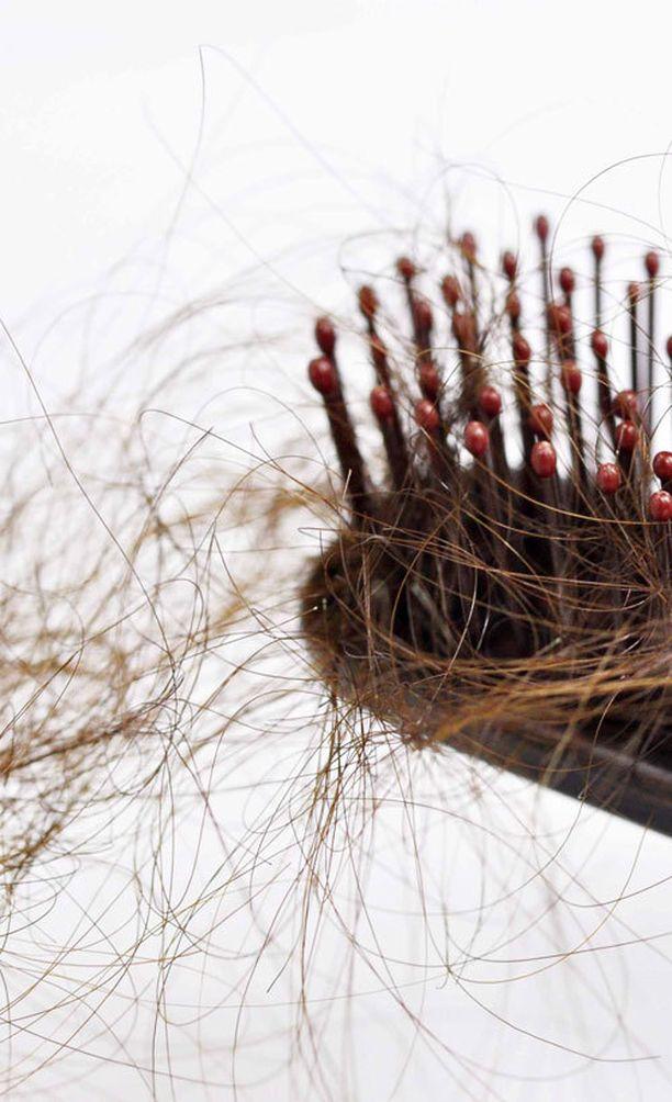 Hiustenlähtö voi johtua vaihdevuosien aiheuttamista hormonitasojen muutoksista.