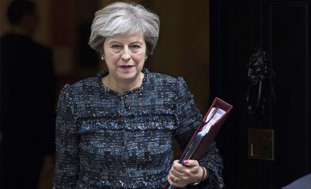 Theresa May yrittää saada solmuun ajautuneet EU:n ja Britannian eroneuvottelut jälleen toimimaan.