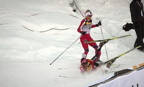 Justyna Kowalczyk kaatui rajusti Lahden maailmancupissa vuonna 2012. Takaa tullut Therese Johaug vältti tiukasti kolarin ja eteni yhdistelmäkisan voittoon.