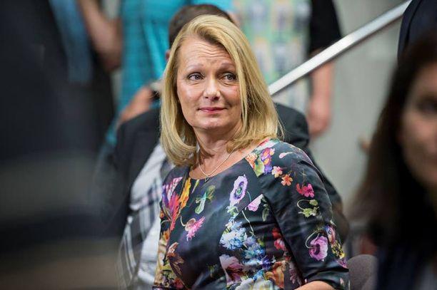 Kokoomuksen nykyministereistä entinen kauppias ja lentoemäntä Lenita Toivakka, 53, edustaa Kaakkois-Suomen kokoomuslaisia ja saa jatkaa ministerinä.