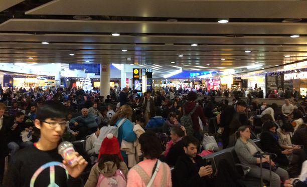 Lentokenttä pakkautui lähes tukkoon ihmisistä.