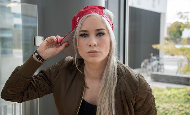 Maria Monde on vaihtanut tyyliään, blondi tukka on vaihtunut lyhyeen ja mustaan tukkaan.