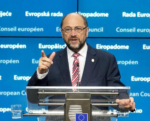 Täysistunnossa kuultiin tiistaina sen tason kuittailua, että parlamentin puhemies Martin Schulz joutui useaan otteeseen muistuttamaan läsnäolijoita hyvistä käytöstavoista.
