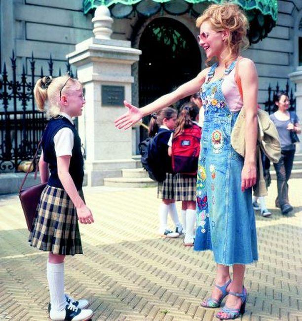 Lapsellinen nuori nainen kohtaa pikkuvanhan tenavan.