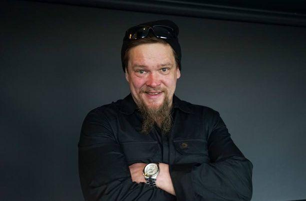 Ville Haapasalo myöntää, että tiivis kuvaustahti ja pitkät välimatkat ovat välillä raskaita. Hän nauttii kuitenkin 30 päivässä -sarjan kuvauksista sen verran, että suunnitteilla on jo kuudes kausi.