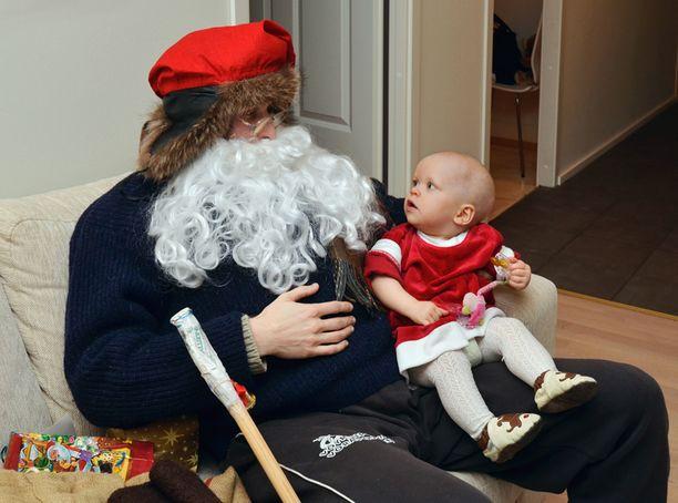 Joulupukki vaiko kummisetä? Pikku Assi näki ensimmäistä kertaa joulupukin.