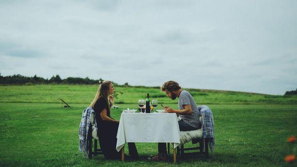 Ööbikun maatilaravintola tarjoaa huippuruokaa maalaismaisemissa.