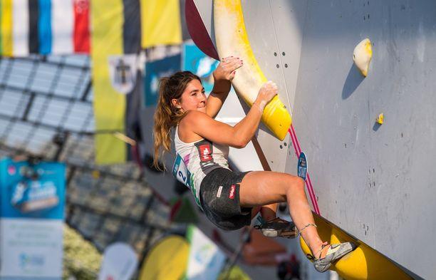 Itävallan Johanna Färber kilpailee boulderoinnissa.