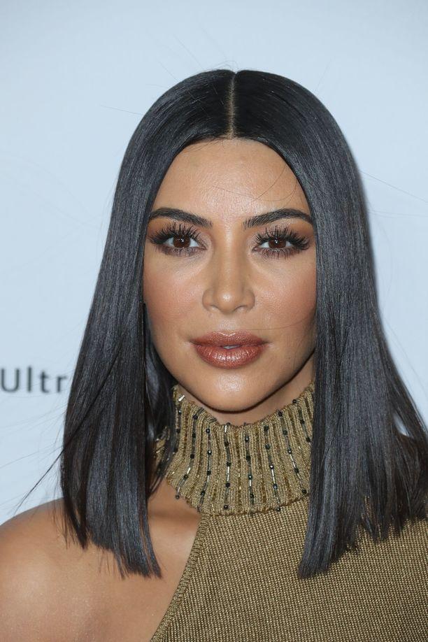 Kim Kardashianin pitkä polkka, lob, korostaa hänen kasvojen keskikohtaa: nenää, huulia ja silmiä.
