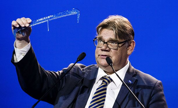 Perussuomalaisten pitkäaikainen puheenjohtaja Timo Soini jätti tehtävänsä Jyväskylän puoluekokouksessa. Sen jälkeen hän liittyi Uuteen vaihtoehtoon.