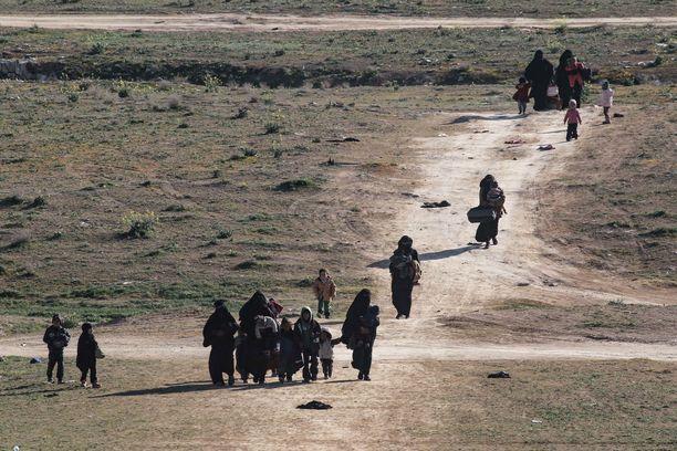 Baghuzista paenneet naiset ja lapset kävelivät Deir Ezzorin provinssissa tiistaina.