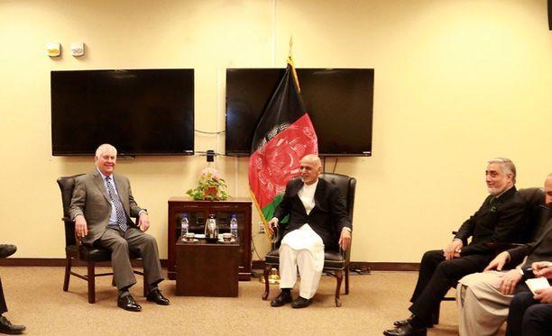 Afganistanin presidentin toimiston jakamassa kuvassa kello on hävinnyt seinältä. Hälytyslaitteen johto näyttäisi häviävän seinän sisään.