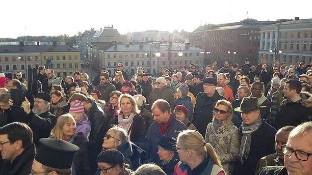 Senaatintorille kokoontui satoja ihmisiä, jotka kävelivät rauhan puolesta Ranskan suurlähetystölle Kaivopuistoon.