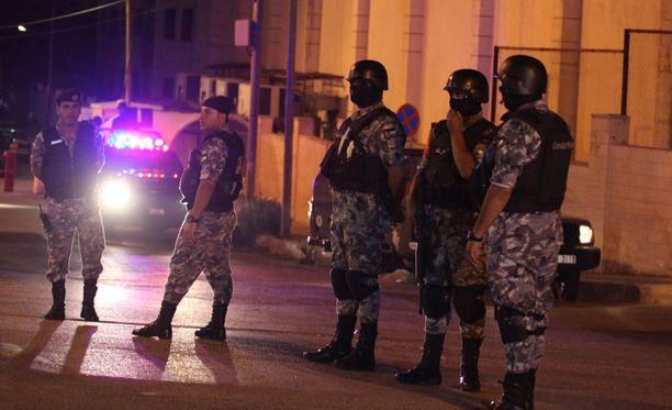 Poliisi ja turvallisjoukot ovat eristäneet suurlähetystön alueen.