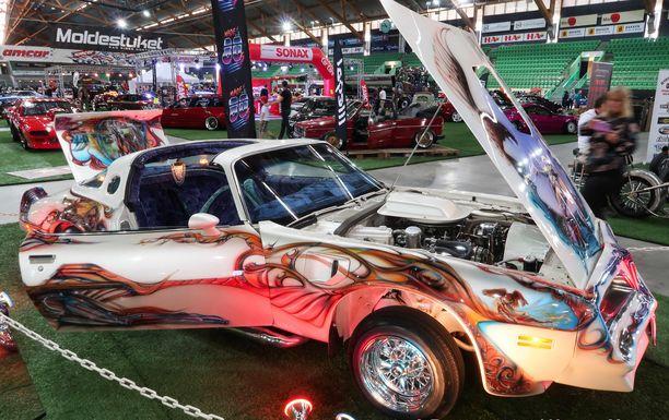 Pontiac Trans-Am  vuosimallia 1978 on yksi katseenvangitsijoista näyttelyssä.