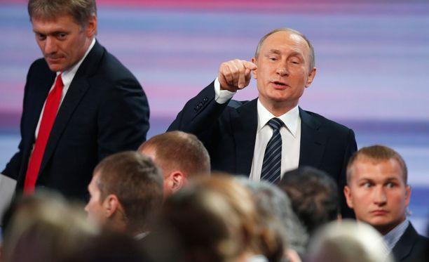 Kremlin tiedottaja Dmitri Peskovin (vas.) mielestä USA:n syytökset ovat pöyristyttäviä.
