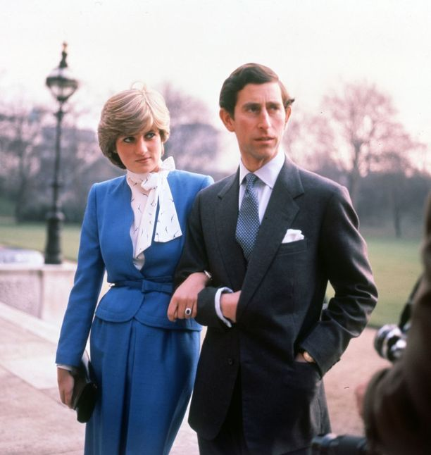 Diana pukeutui kihlajaispäivänään siniseen - samoin kuin herttuatar Catherine myöhemmin.