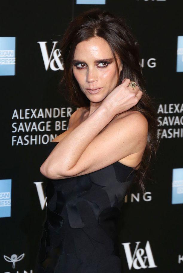 Valtavan suosion muotisuunnittelijana saavuttanut Victoria Beckham oli Spice Girls-yhtyeen Posh Spice. Nykyään Beckhamilla on menestynyt vaateketju. Victoria on naimisissa David Beckhamin kanssa. Pariskunnalla on neljä yhteistä lasta.