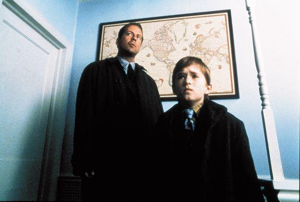 Haley Joel Osment näki kuolleita ihmisiä, ja Bruce Willis yritti auttaa häntä.