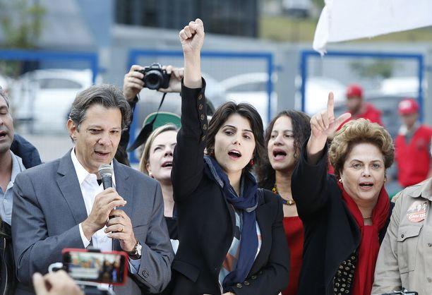 Fernando Haddad (vas.) otti tiistaina vastaan PT:n presidenttiehdokkuuden rinnallaan varapresidenttiehdokas Manuela D'Avila. Kuvassa oikealla vuonna 2016 presidentin virasta budjettilakien rikkomisen takia syrjäytetty Dilma Rousseff.