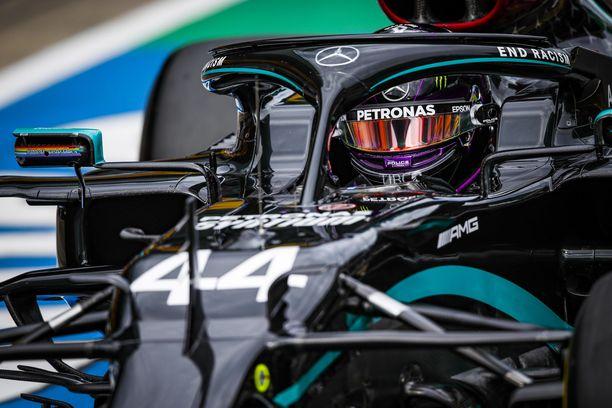 Lewis Hamilton lähtee ennakkosuosikkina F1-kauden ensimmäiseen aika-ajoon.
