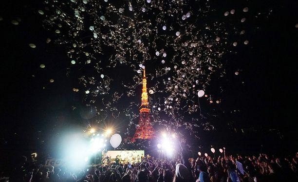 Tokiossa juhlittiin päästämällä ilmapalloja ilmaan. Taustalla näkyy Tokyo Tower.