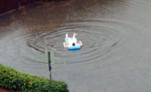 """Rami huomasi iltapäivällä ikkunasta, että naapuri oli päättänyt ottaa kaiken ilon irti piha-alueelle ilmestyneestä """"uima-altaasta""""."""