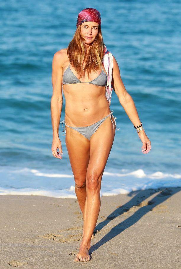 Tyylikkäimmät bikinibeibet muistavat asusteet myös rannalla. Sido päähän silkkihuivi.