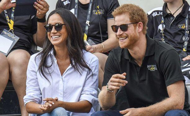 Herttuatar Meghan ja prinssi Harry edustavat rennosti laseissakin.