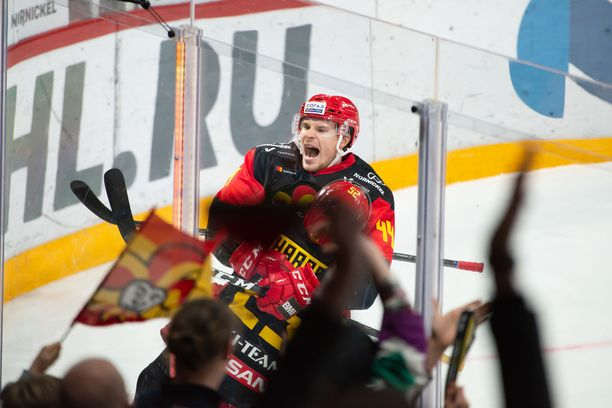 Mikko Lehtonen juhlii 3–2-voittomaaliaan.