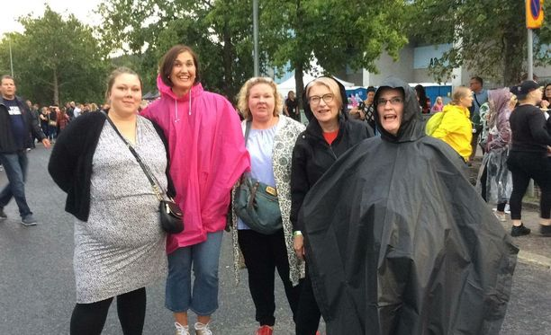 Jenni Kemppinen, Anu Kuismin-Saiwiris, Katrina Tolletholma, Carita Nygren ja Heidi Nygren odottivat Timantit on ikuisia -biisiä.
