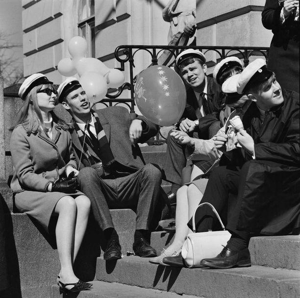 Vapunviettäjiä Vanhan ylioppilastalon portailla vuonna 1966.