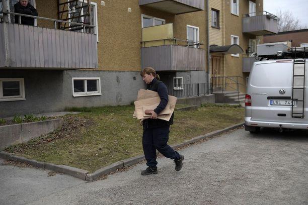 Lehtien mukaan Ruotsin poliisi suoritti Vårbergissa sijaitsevaan asuntoon kotietsinnän.