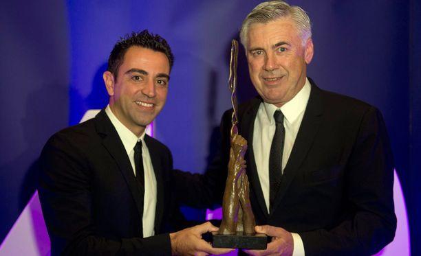 Carlo Ancelotti sai Inspiring Leader Award -palkinnon eilen Lontoossa. Vieressä Barcelona-ikoni Xavi.
