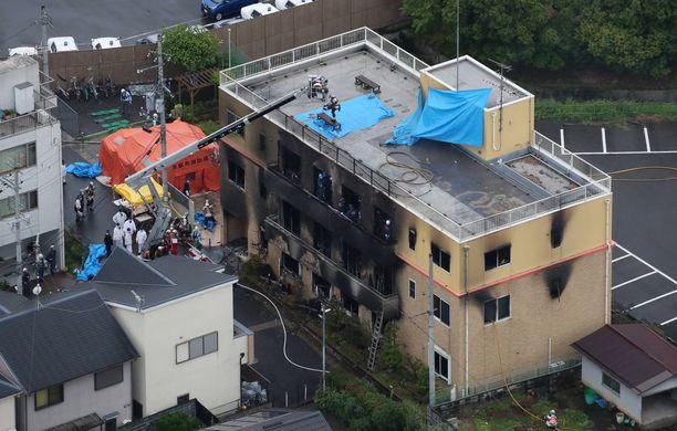 Pelastustyöntekijät etsivät kadonneita ihmisiä rakennuksesta.