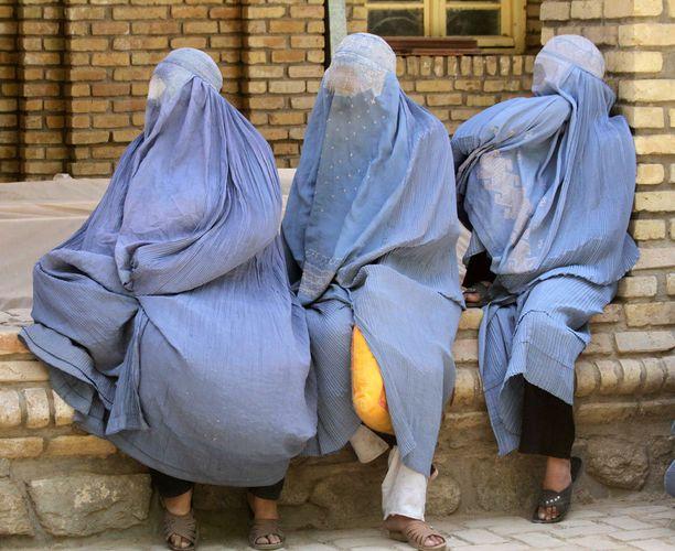 Burkaan pukeutuneita naisia Afganistanissa.