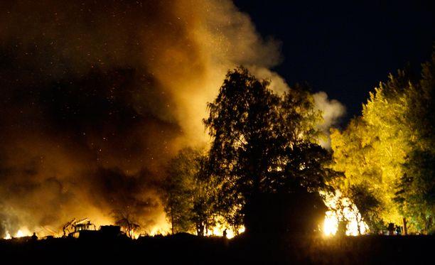Kaasupullojen räjähdettyä taivaalle nousi muhkea savupilvi.